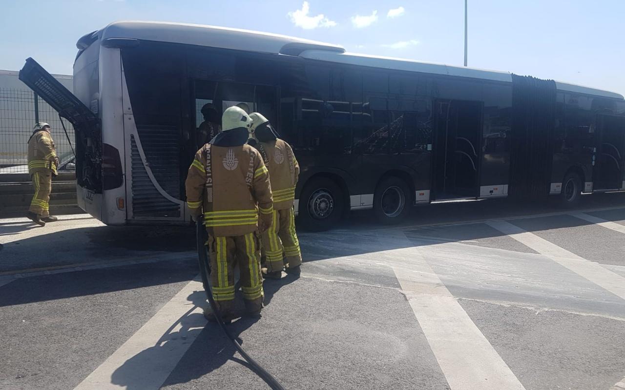 Esenyurt'ta korkutan metrobüste yangını