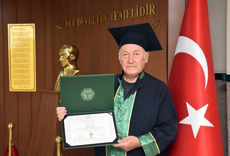 Adana'da cezaevindeki yaşlı adamın okuma azmi herkesi şaşırttı