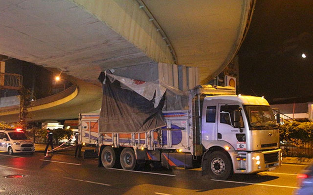 Beşiktaş'ta kamyon köprünün tavanına sıkıştı! Büyük faciadan dönüldü!