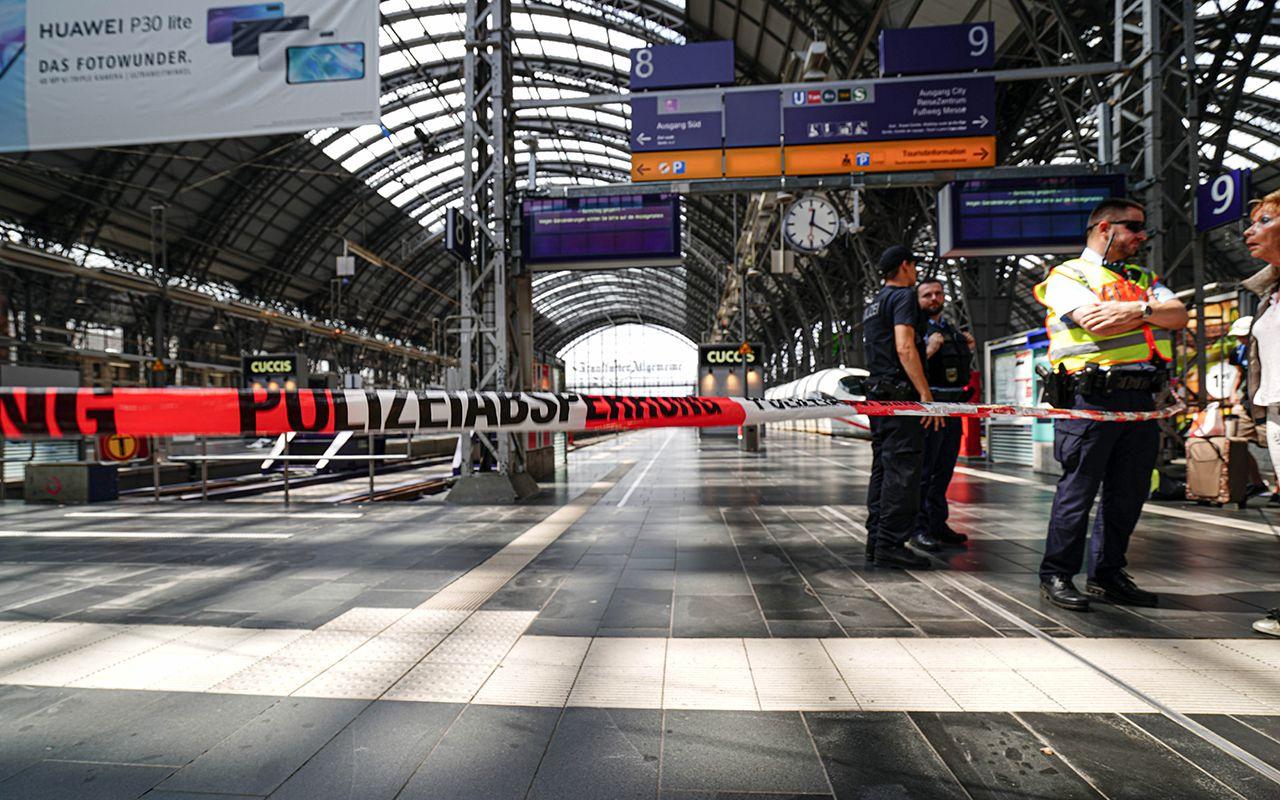 Almanya'da anne ve 8 yaşındaki çocuğunu trenin önüne itildi