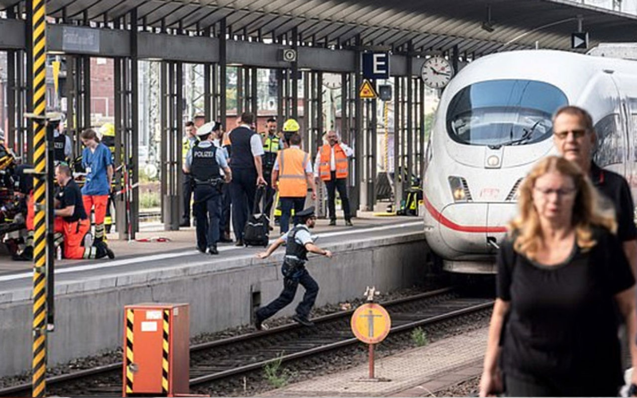 Frankfurt'ta cani adam istasyonda bekleyen anne ve çocuğu hızlı trenin önüne attı