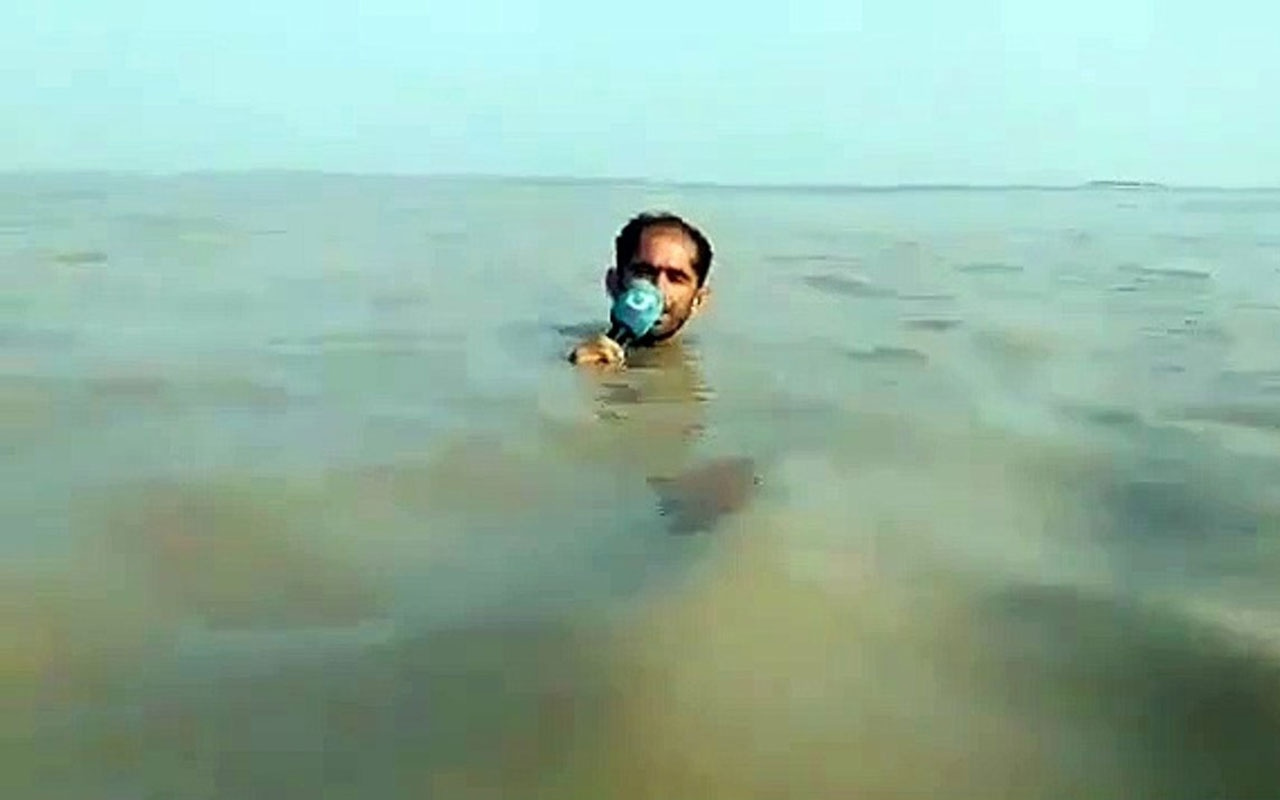 Muhabir 'sel haberini' boğazına kadar gelen suda böyle sundu!