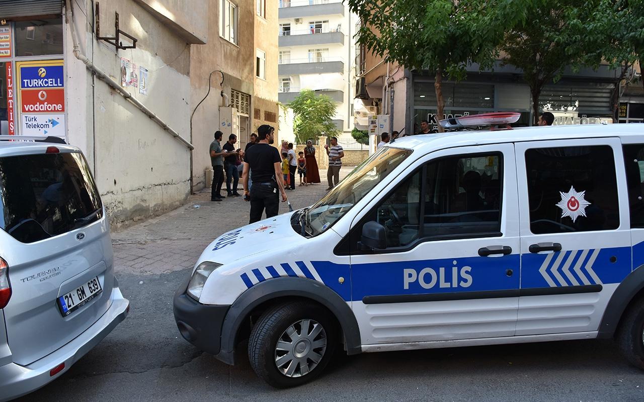 Diyarbakır'da boğazından kesici aletle yaralanan çocuk öldü