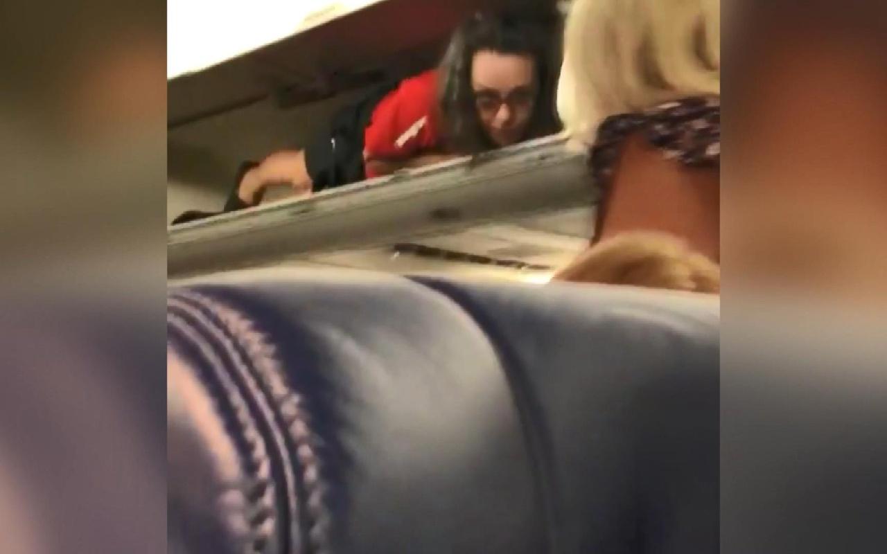 En renkli kabin görevlisi uçakta yaptığıyla yolcuların neşe kaynağı oldu