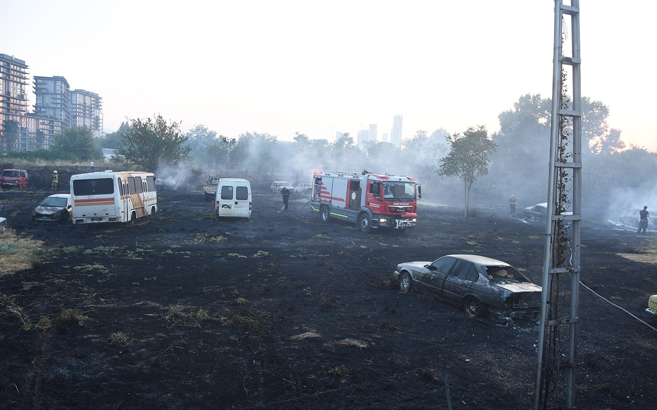 İzmir'de yediemin deposunda çıkan yangında araçlar kül oldu