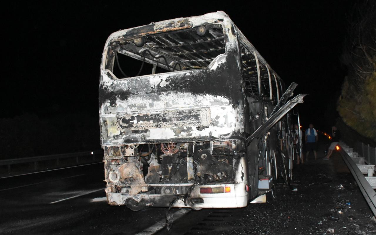 Çeşme'de seyir halindeki tur otobüsü yandı