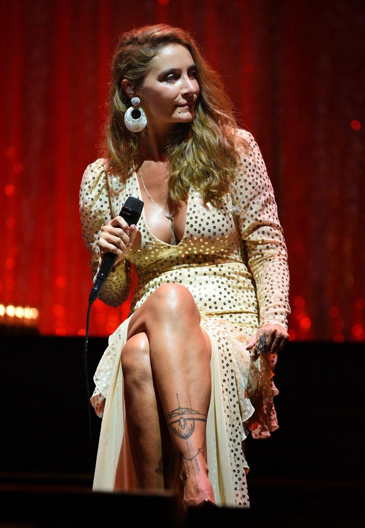 Sıla Bodrum konserinde cesur kıyafetiyle yürek hoplattı