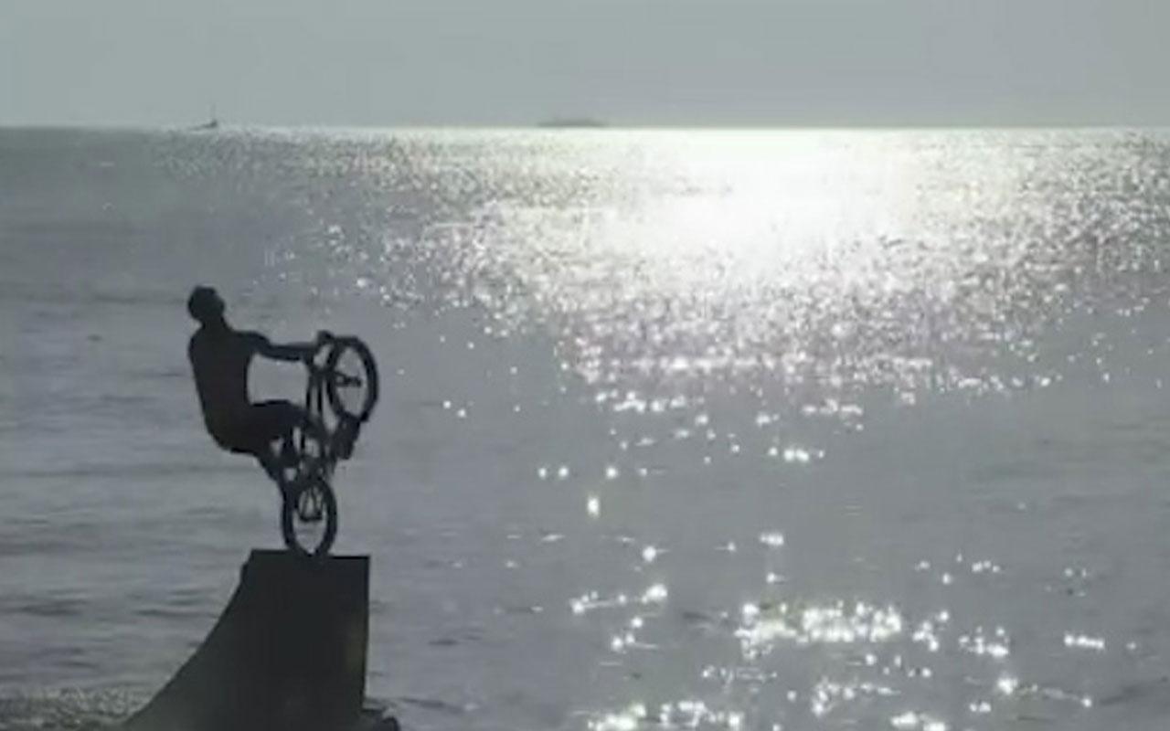 Atina'da bisikletle denize atladılar