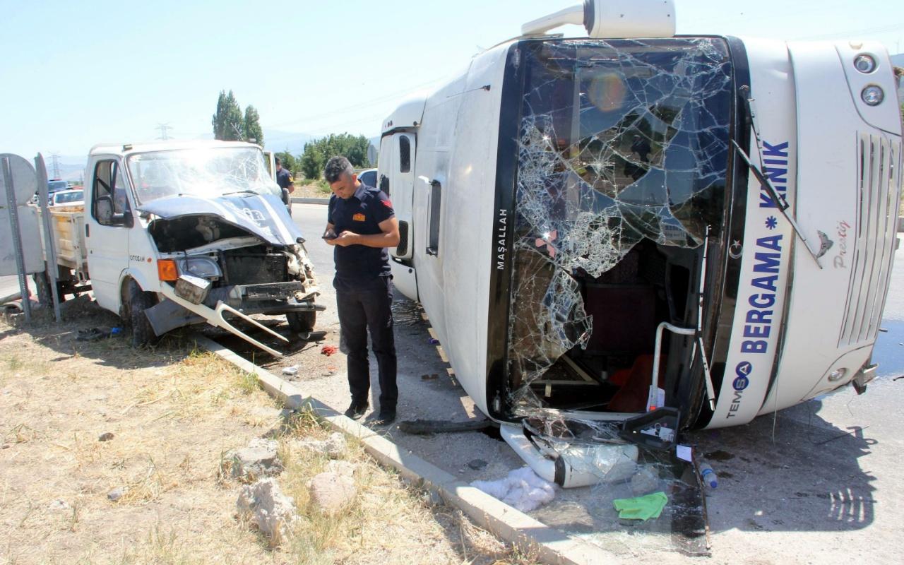 İzmir'de yolcu midibüsü kamyonete çarptı! Çok sayıda yaralı var