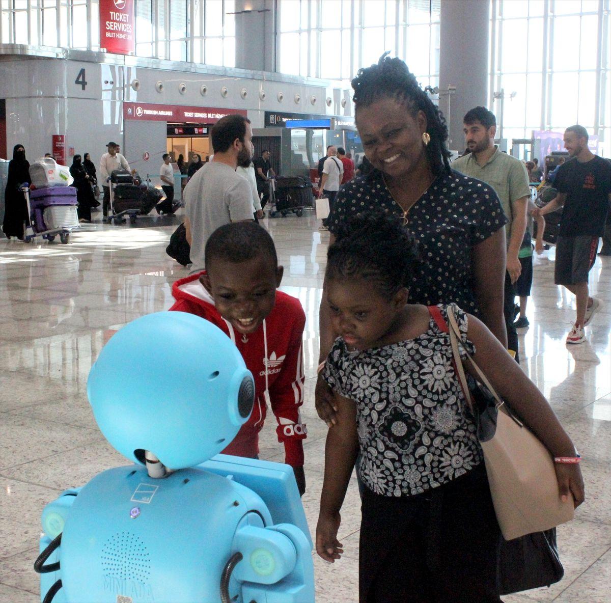 İstanbul Havalimanı'nda robotlar göreve başladı yaşlı teyzenin esprisi güldürdü - Sayfa 1