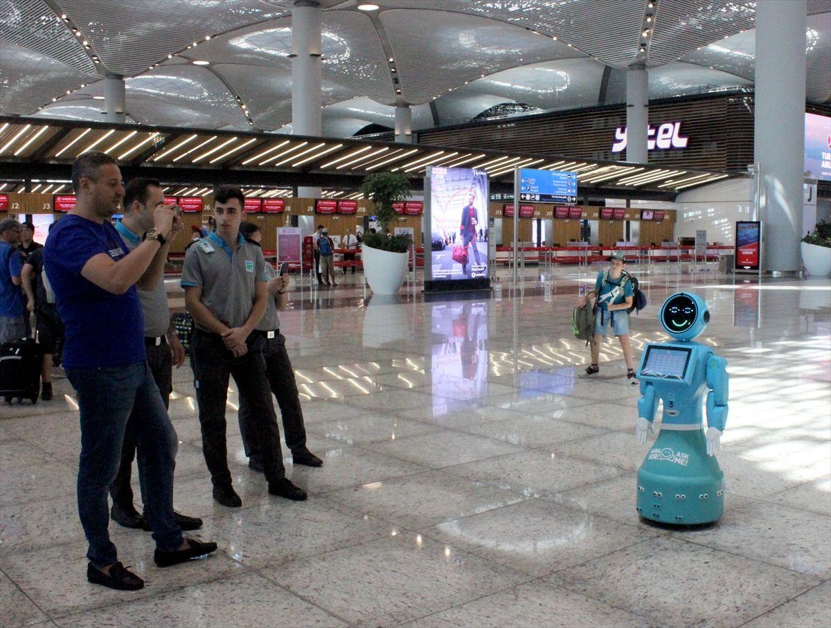 İstanbul Havalimanı'nda robotlar göreve başladı yaşlı teyzenin esprisi güldürdü - Sayfa 2