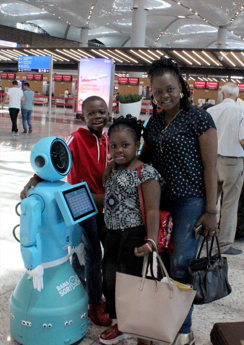 İstanbul Havalimanı'nda robotlar göreve başladı yaşlı teyzenin esprisi güldürdü - Sayfa 3