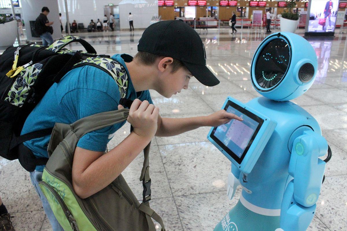 İstanbul Havalimanı'nda robotlar göreve başladı yaşlı teyzenin esprisi güldürdü - Sayfa 4