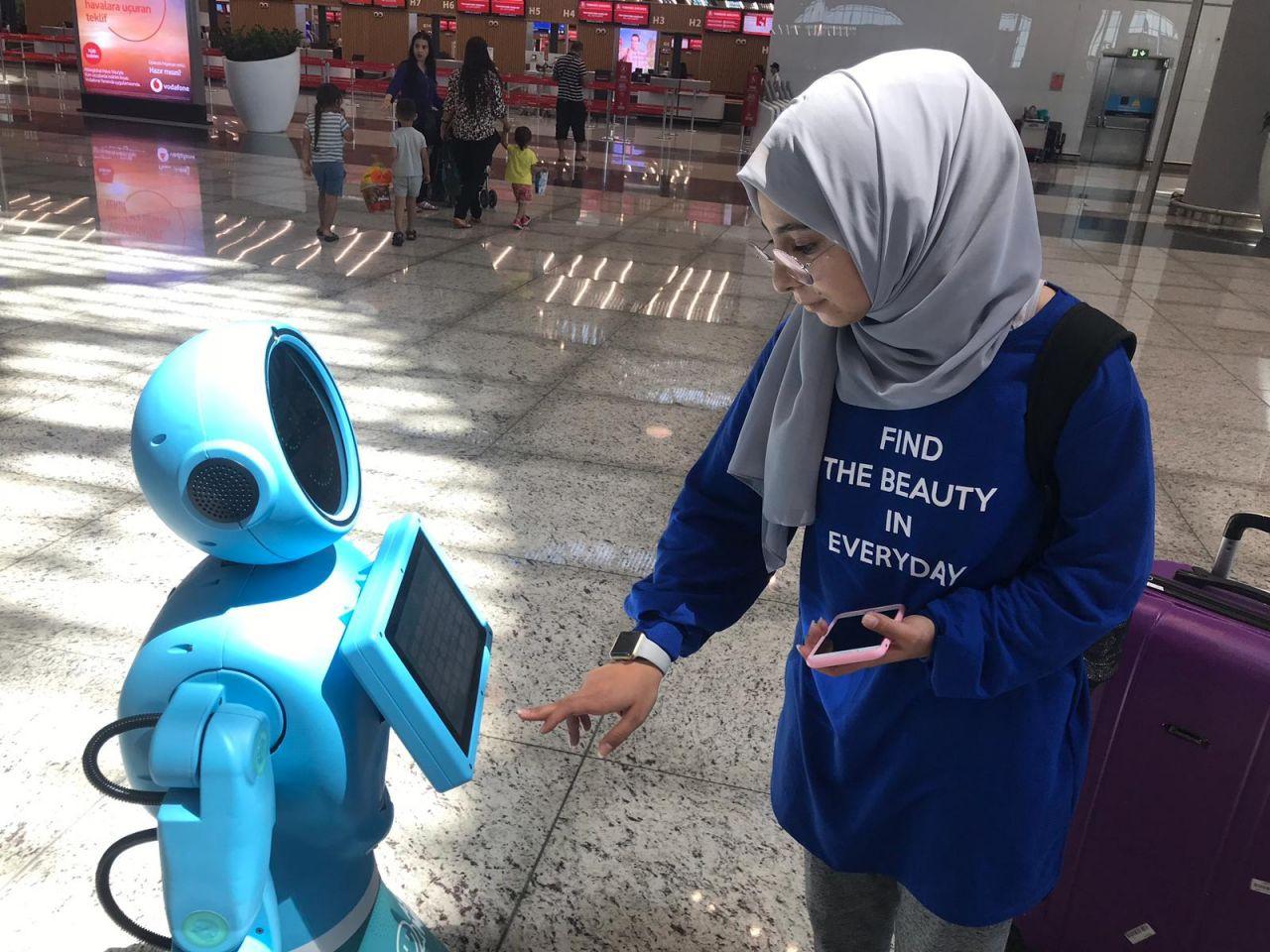İstanbul Havalimanı'nda robotlar göreve başladı yaşlı teyzenin esprisi güldürdü - Sayfa 8