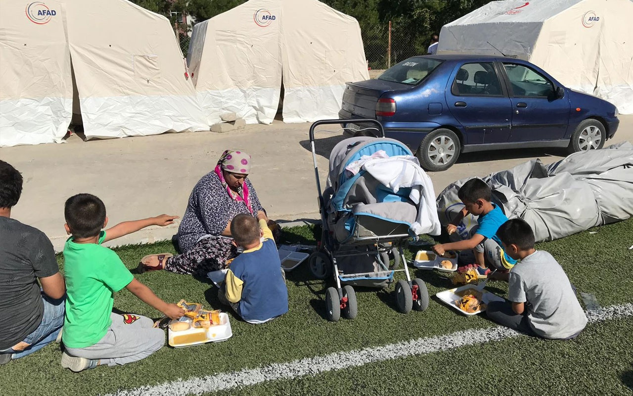 Afet bölgesinde bir çok vatandaş geceyi çadırlarda geçirdi