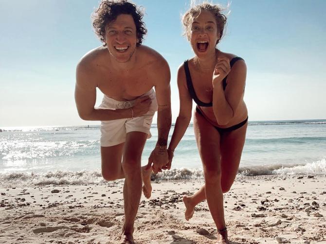 Hamile Müge Boz'un bikinili pozları olay yarattı sosyal medya tartışma konusu oldu