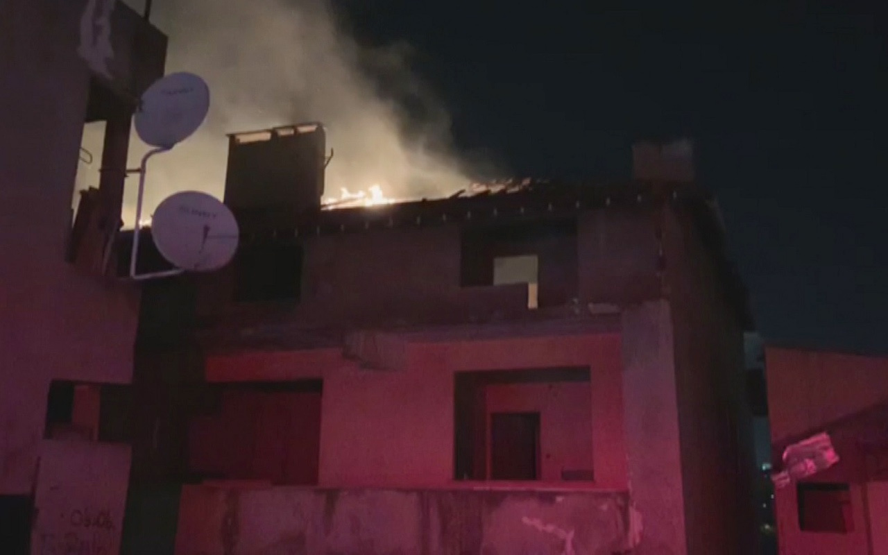 Kadıköy'de çatı katı alev alev yandı