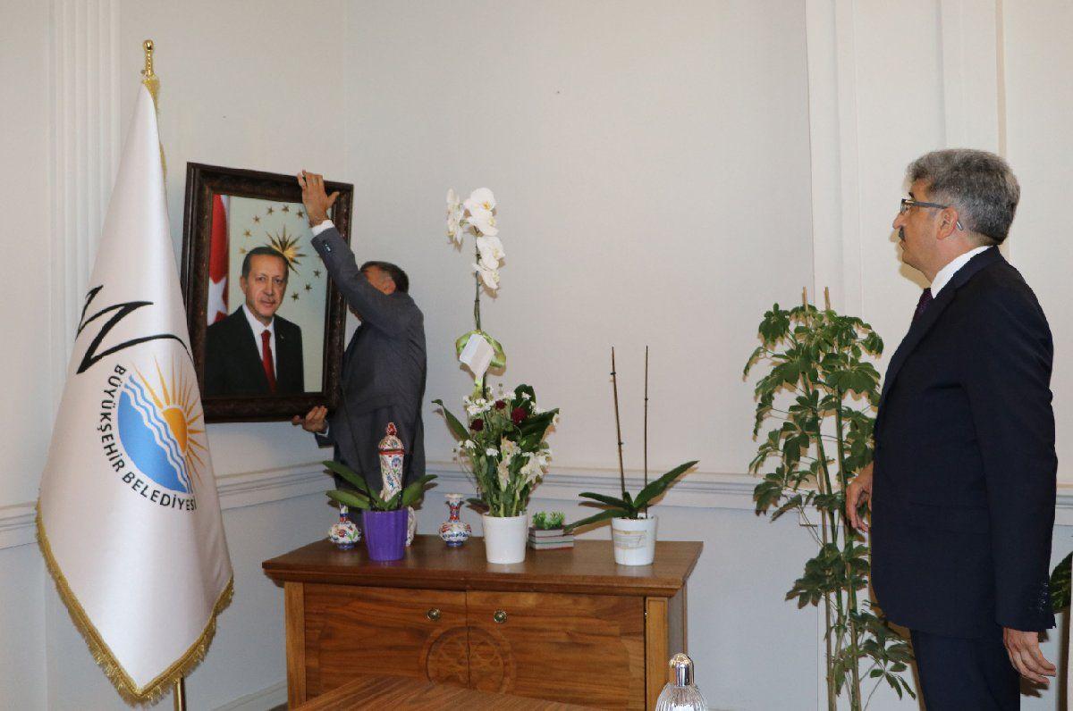Van Valisi Mehmet Emin Bilmez kayyum olarak atandığı belediye koltuğuna böyle oturdu