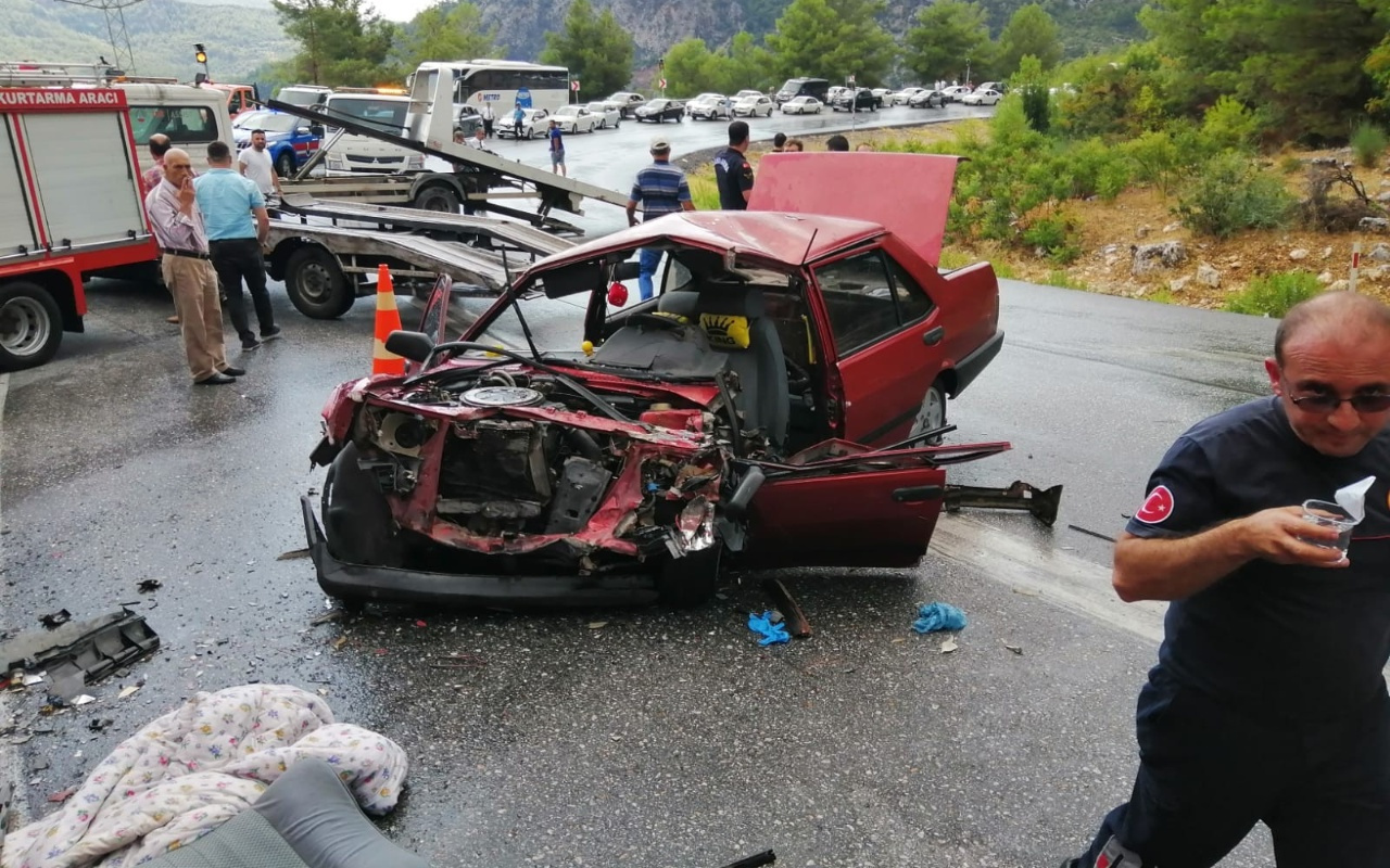 Antalya'da yolcu otobüsü ile otomobil çarpıştı 1'i ağır 5 yaralı