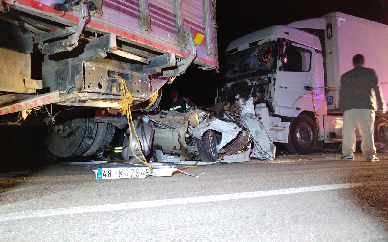 Konya'da kamyonun halatla çektiği otomobile tır çaptı: 3 ölü 2 yaralı