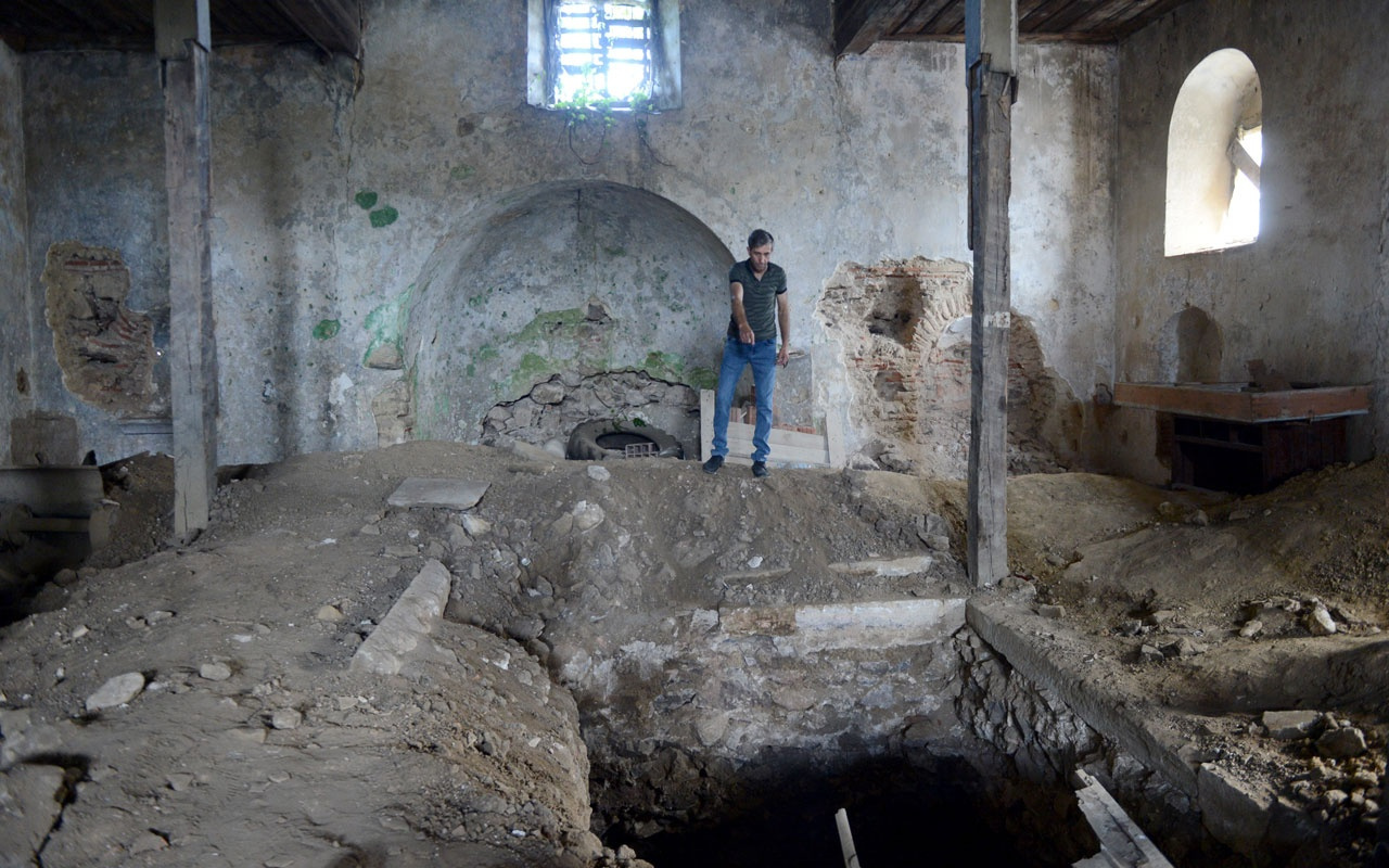 Sarıyer'deki tarihi kiliseyi defineciler talan etti!