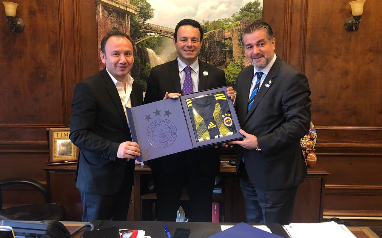 Fenerbahçe'den ABD'de dev proje! Belediye başkanına Atatürk rozeti takıldı