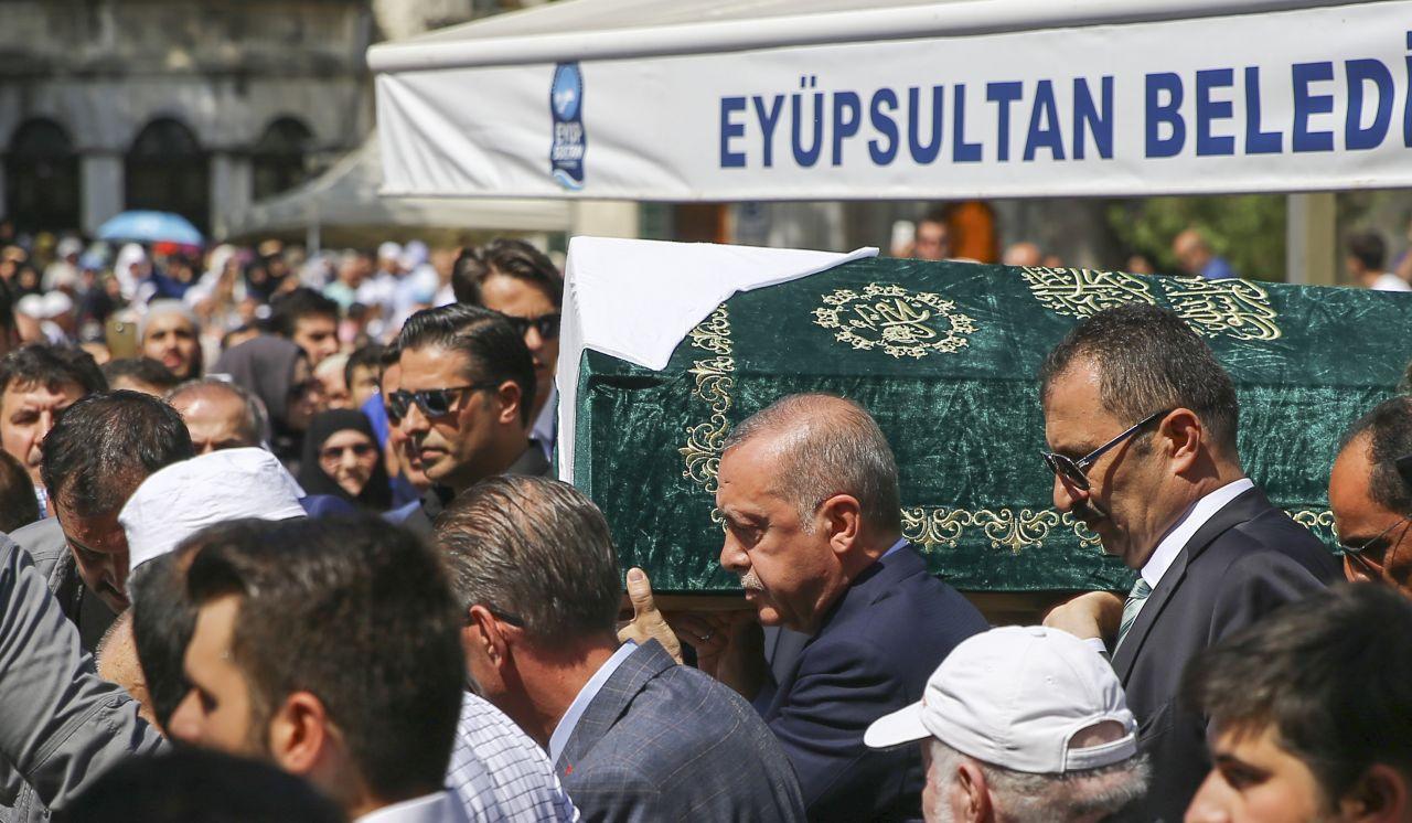 Ünlü yazar Şule Yüksel Şenler'e veda! Erdoğan bırakmak istemedi cenaze arabasıyla gitti