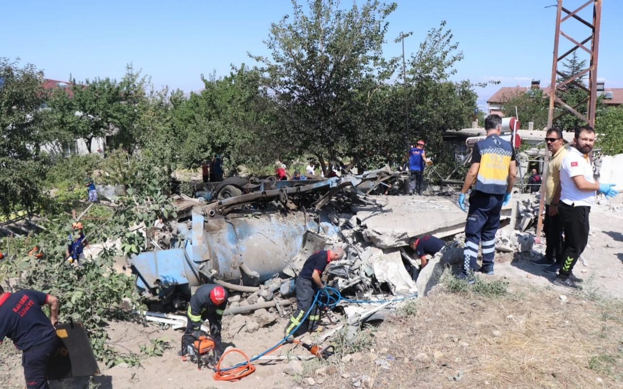 Kayseri'de iş makinesi evin üstüne devrildi 4 ölü 1 yaralı