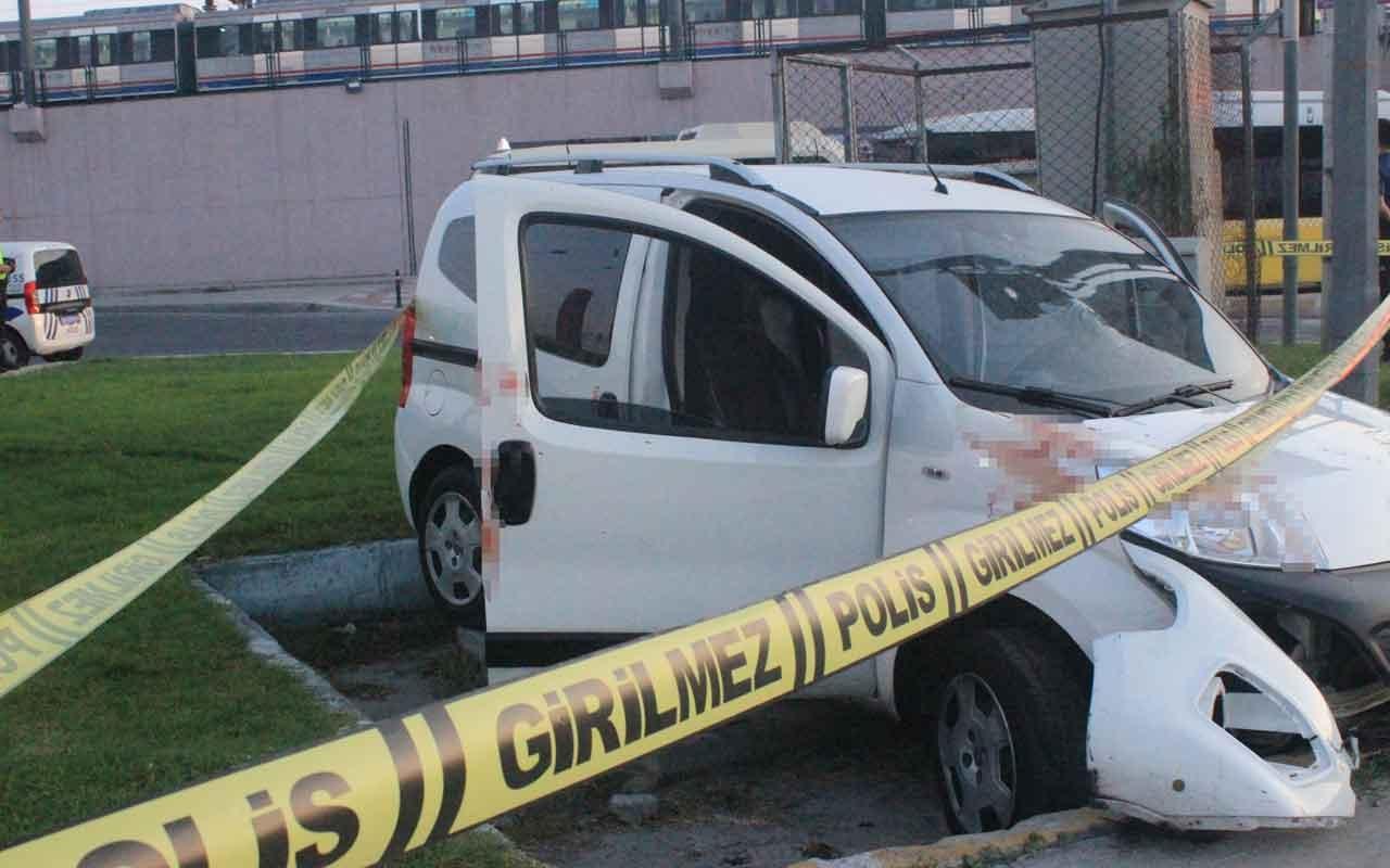 Zeytinburnu'nda camlarında kurşun delikleri bulunan araç kaza yaptı: 2 yaralı