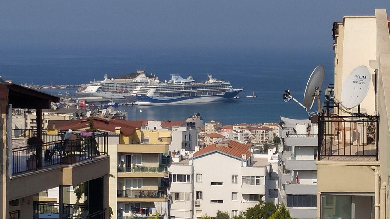 Kruvaziyer turizmin başkenti Kuşadası'na turist yağdı! 3 gemi ile geldiler