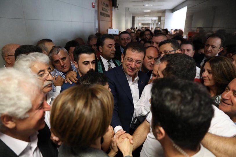 Ekrem İmamoğlu Canan Kaftancıoğlu'na destek için adliyede kalabalık grup karşıladı