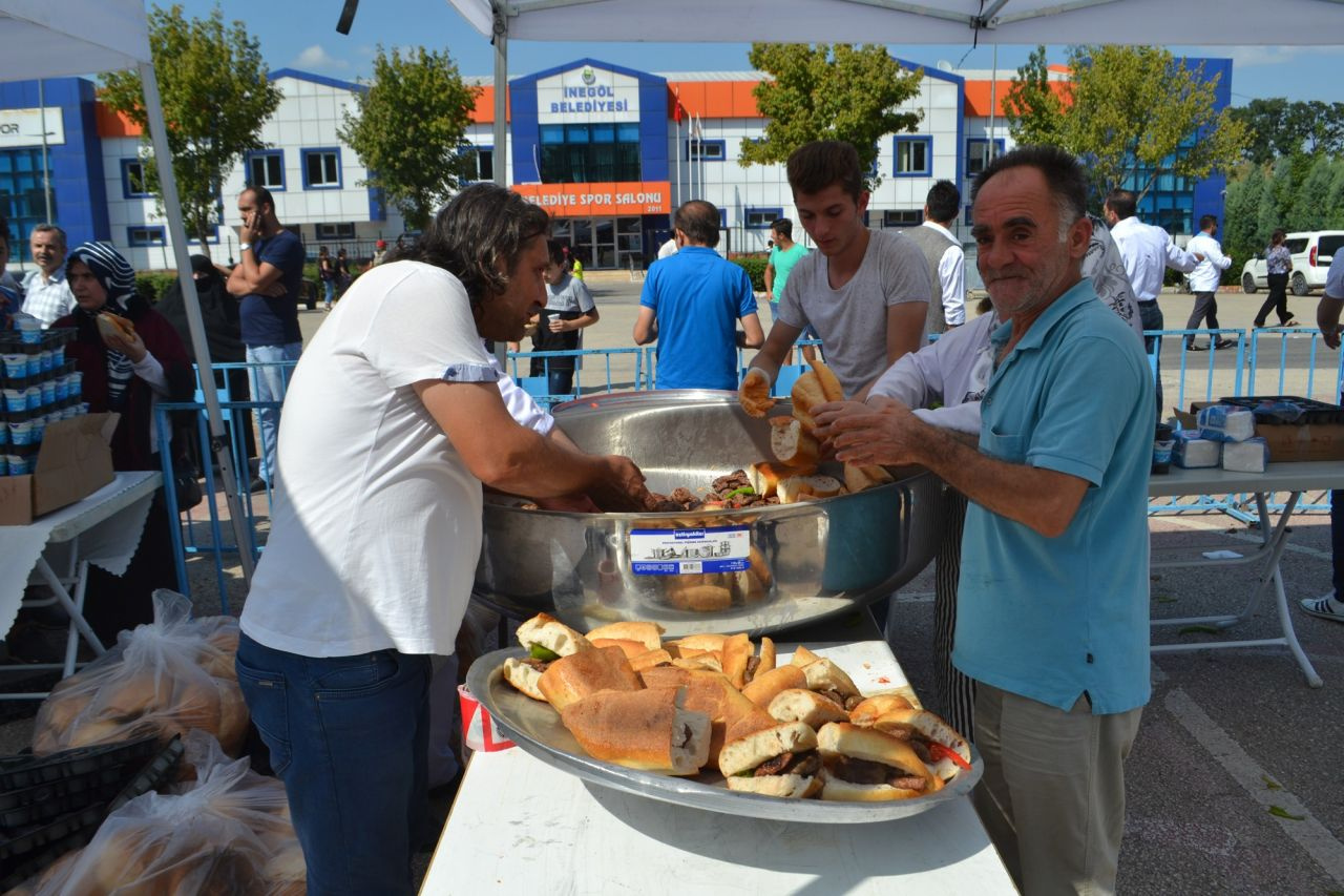 Bursa'da bedava köfte ekmek kuyruğu