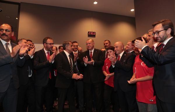 Erdoğan milli takımın soyunma odasını ziyaret etti! İşte dikkat çeken kareler