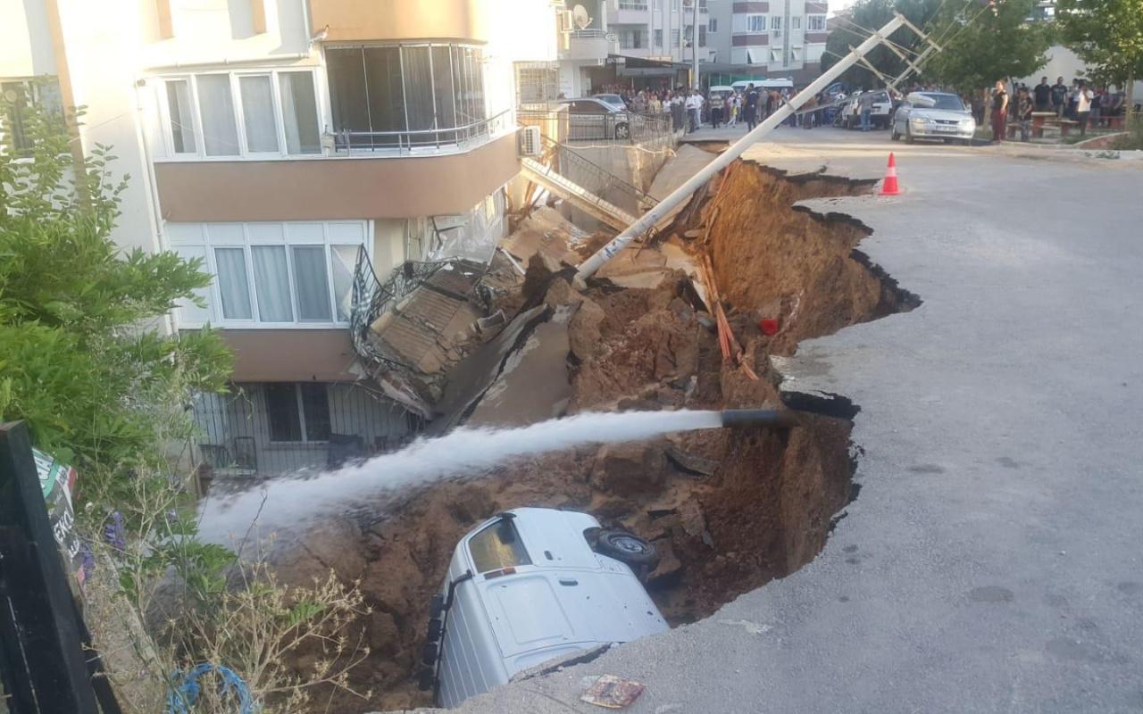 İzmir'de istinat duvarı çöktü Minibüs çukura düştü