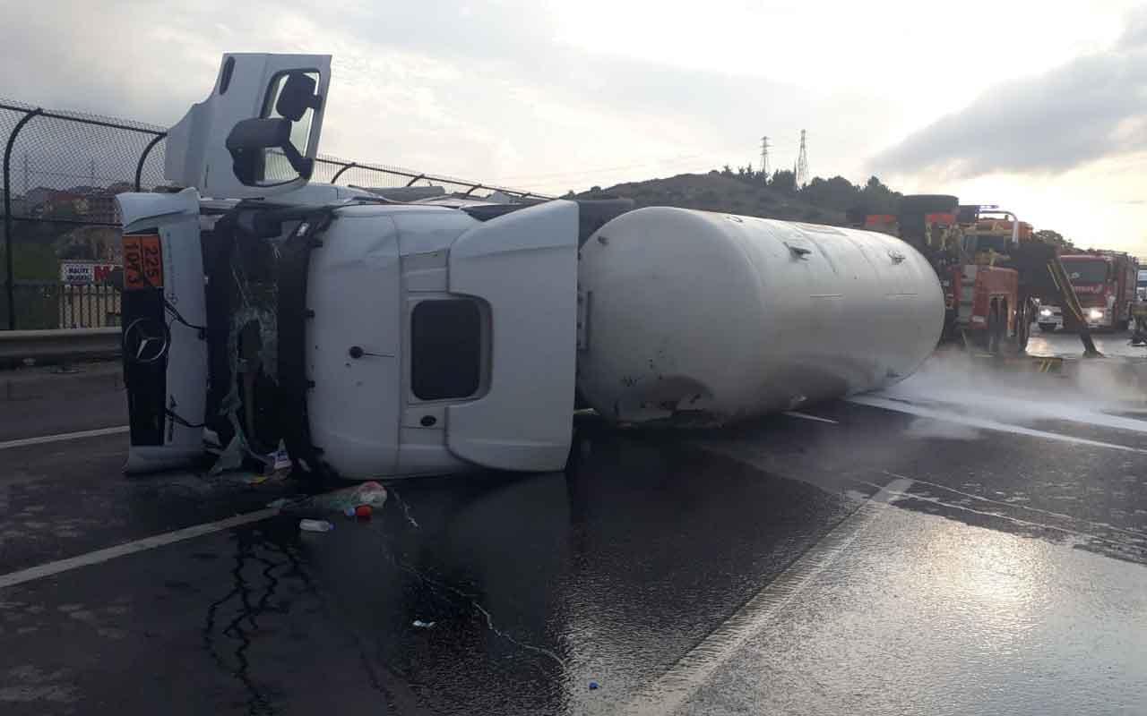 TEM Otoyolu'nda oksijen yüklü tanker devrildi: 1 yaralı