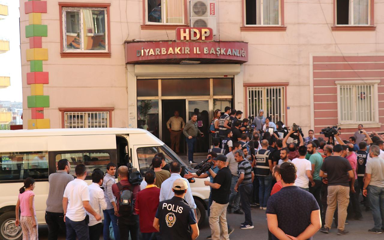 Diyarbakır'da HDP önündeki oturma eyleminde battaniye gerginliği