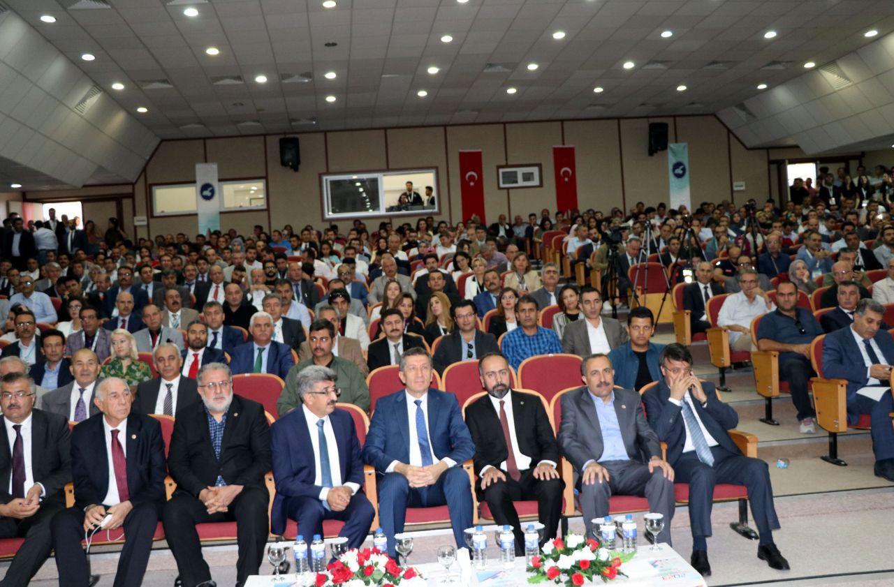 Milli Eğitim Bakanı Ziya Selçuk önlük giydi yemek dağıttı ilk uygulama Van'da başlatıldı