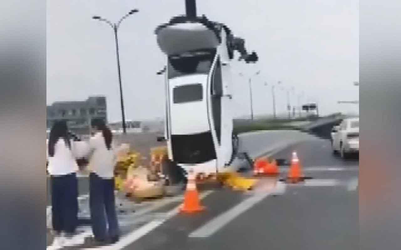 Çin'de akılalmaz kaza kamerada! Refüje çarpan otomobil dik durdu