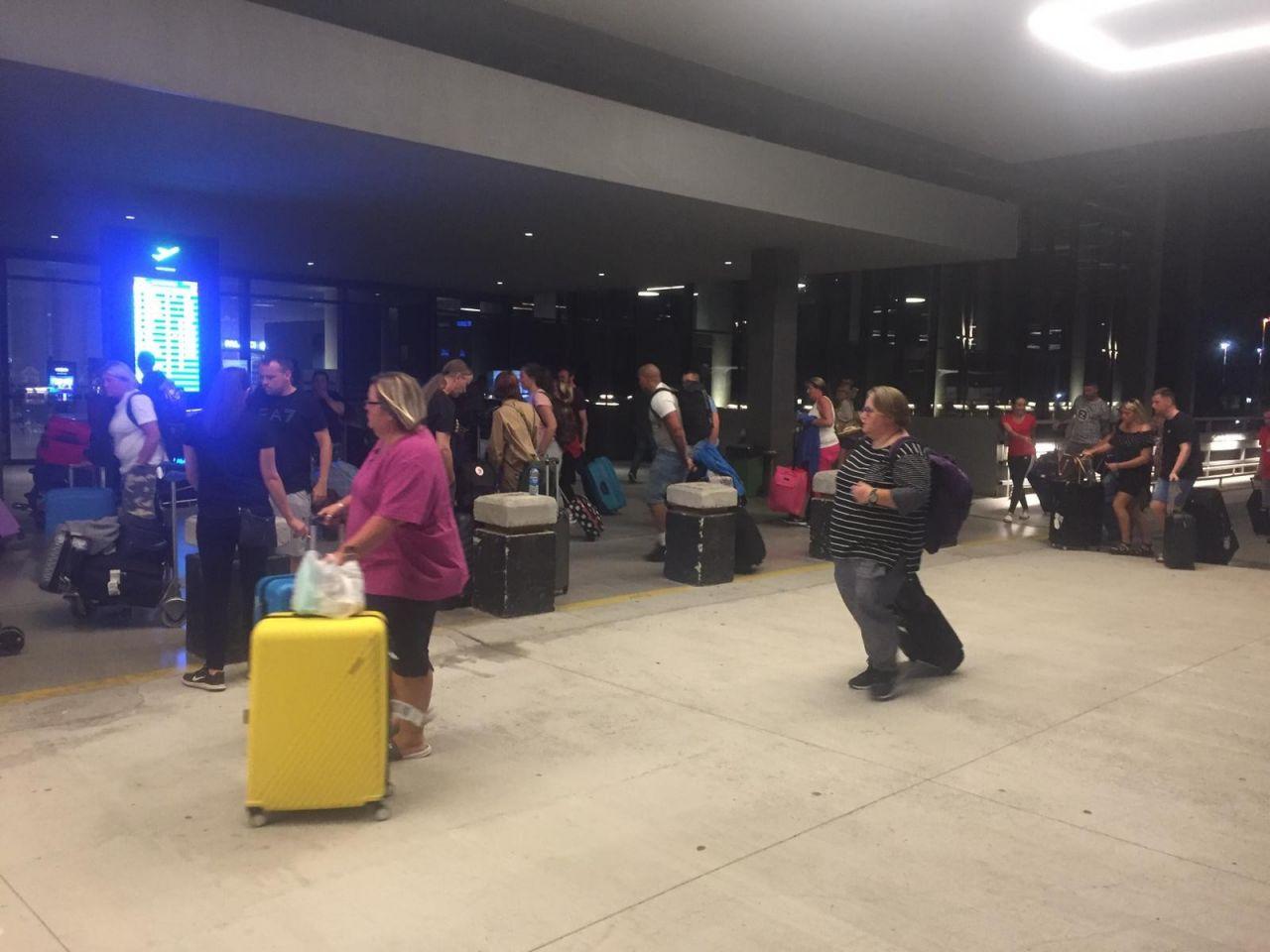 Thomas Cook mağduru İngiliz turistler gönderilen uçakla ülkelerine dönüyor
