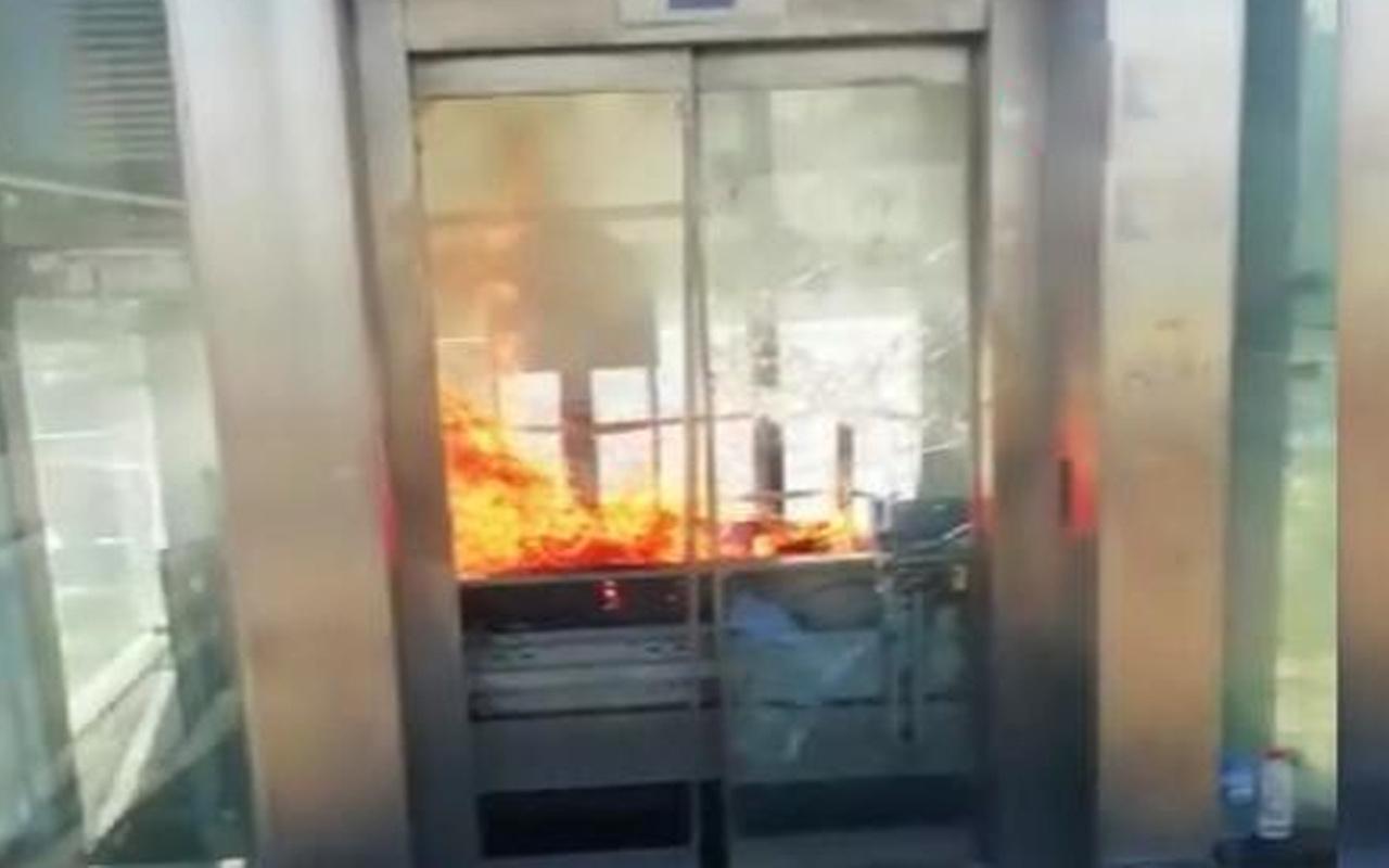 İstanbul'da metrobüs durağında yangın paniği