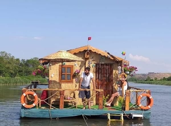 Suyun üstüne sal tekne yapılıyor neden olmasın dedi! 15 günde Riva deresine yüzen ev yaptı