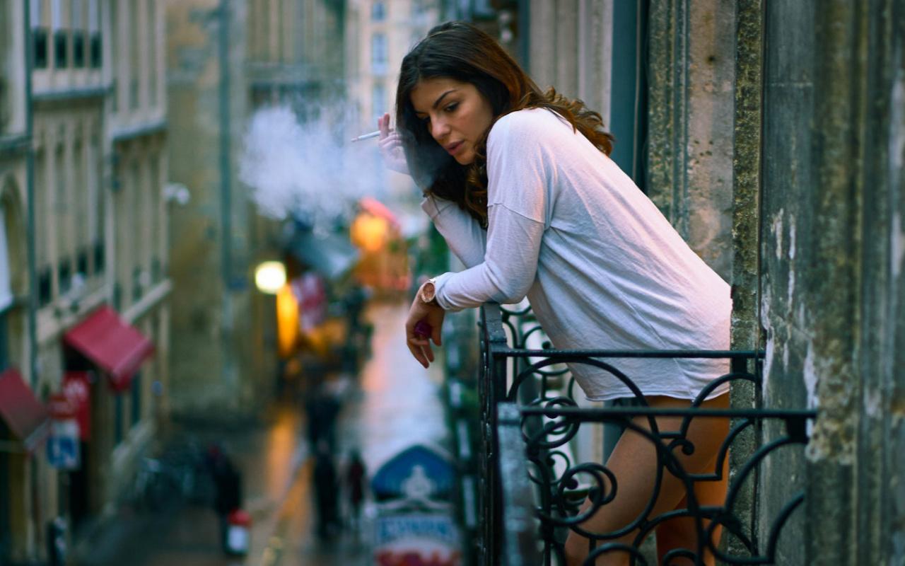 Balkonda sigara yasaklandı! Türkiye özel araçta sigarayı tartışırken gelen haber