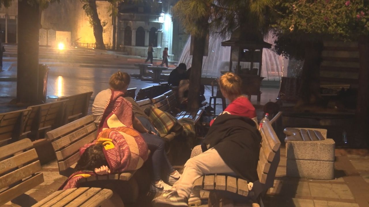 İstanbullular deprem endişesiyle geceyi dışarda geçirdi! Sahiller parkla cami bahçeleri doldu taştı
