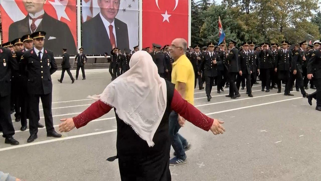 """Bursa'da yemin töreninde yüzlerce asker arasında gözyaşlarıyla """"Ali""""sini aradı"""