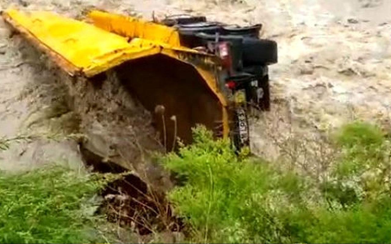 Artvin'deki selde sürüklenen kamyon dorsesi 26 km sürüklenerek ilçe değiştirdi