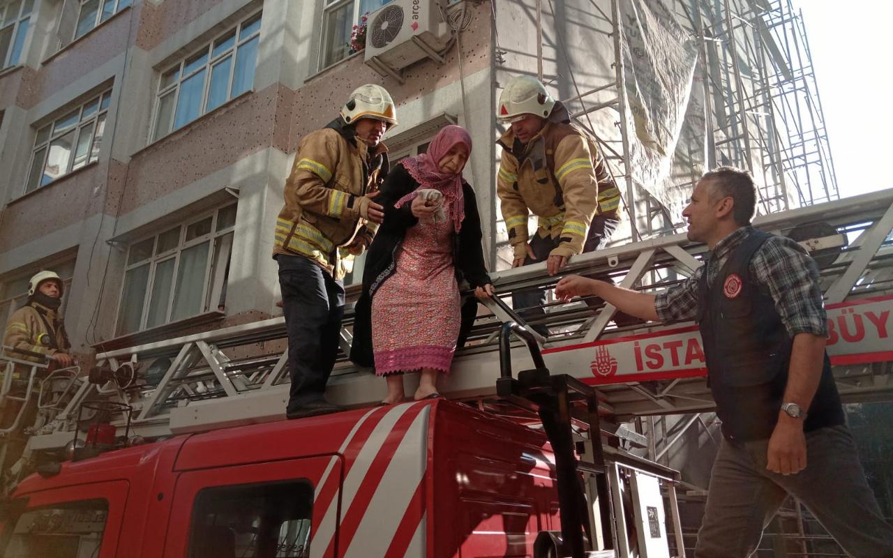Fatih'de yangın paniği... Mahsur kalanları itfaiye kurtardı