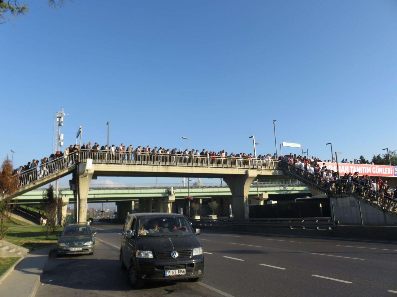 İBB'nin önlem alındığı duyurduğu Altunizade metrobüs durağında manzara değişmedi