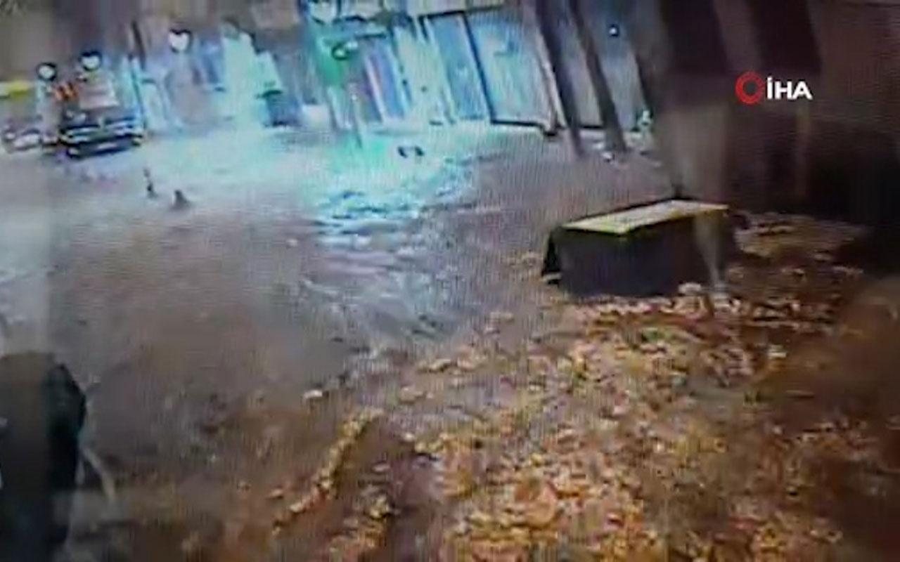Balıkesir'de aşırı yağmurda göle dönen yollarda çöp konteynerleri yüzdü