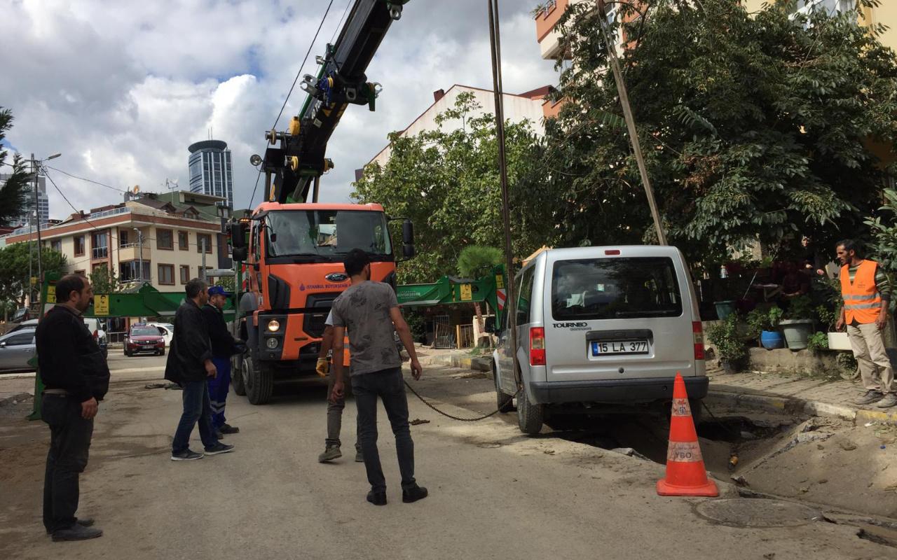 Ataşehir'de yol çöktü, çukura düşen otomobili vinç çıkardı
