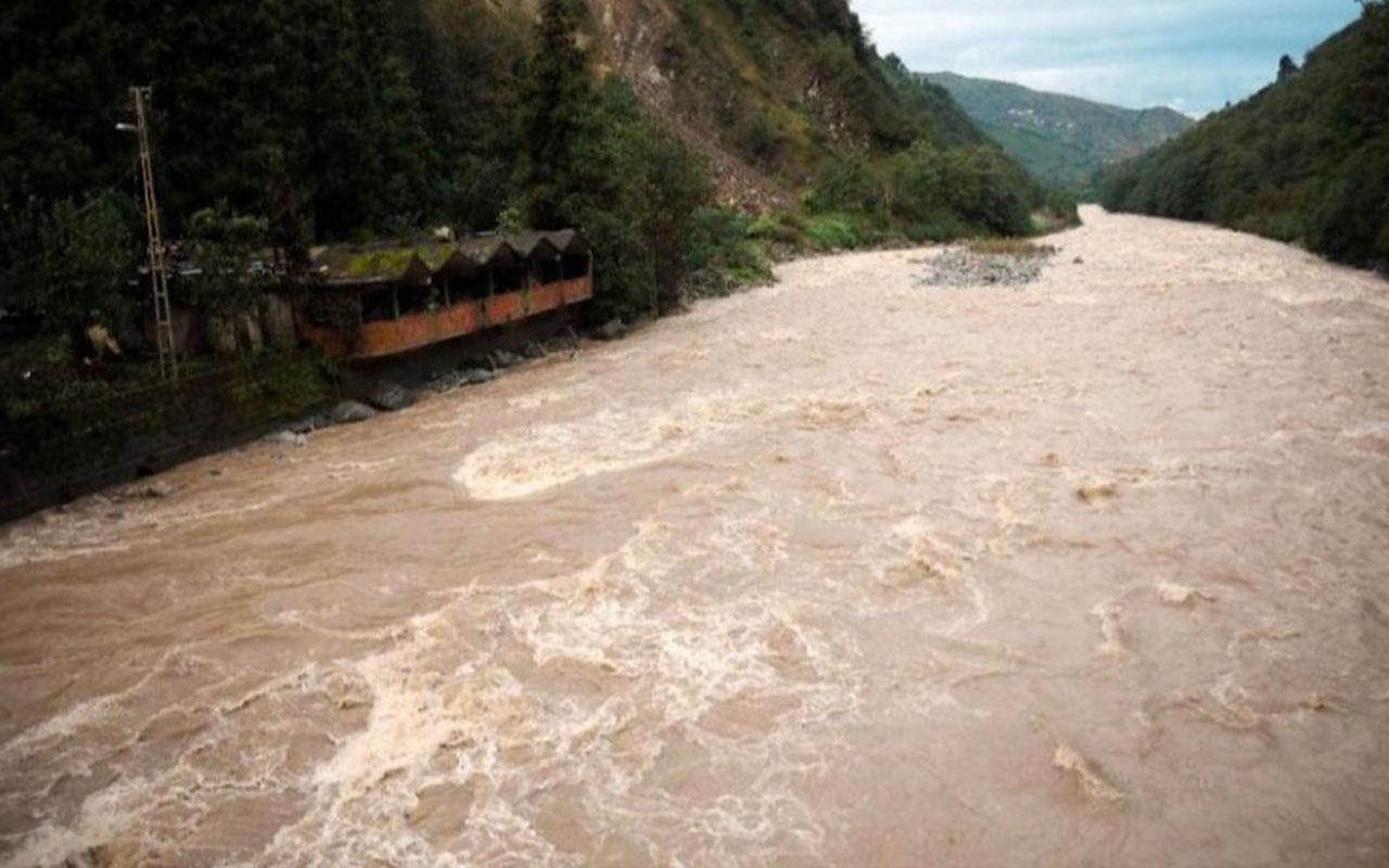 Rize'de sel ve heyelan günlük yaşamı vurdu! Köy ve mahalle yolları ulaşıma kapandı.